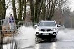 Rozvodněná řeka Orlice zaplavila 16. ledna silnici mezi obcí Krňovice a Třebechovicemi nad Orebem.