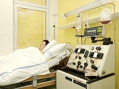 Na separátoru se pacientovi odeberou bílé krvinky, které se upraví a vrátí do jeho těla.