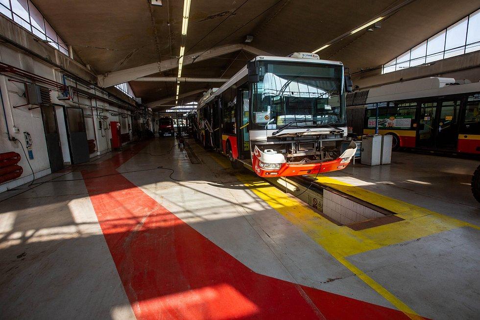 Čištění autobusu v Dopravním podniku Hradec Králové