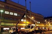 Odstraňování stožárů na královéhradeckém Ulrichově náměstí.