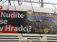 "Kontroverzní reklama ""Nudíte se v Hradci? Zámek Pardubice!!!"" na trolejbusu královéhradecké MHD."