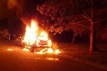 V Hradci shořelo auto, druhé stálo opodál.