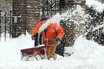 Úklid sněhu v ulicích Hradce zaměstnanci Technických služeb, 3. února.