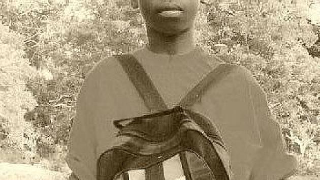 Čtrnáctiletý Mwabari Mwadziw, kterého na dálku adoptovali žáci ZŠ Pouchov a tři roku mu pomáhají se studiem.