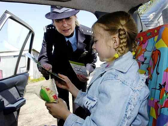 """Upoutaným dětem dali policisté """"pásovce"""" na pásy"""