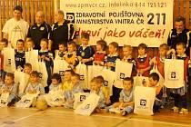 Děti z Fotbalové školičky se zúčastnily tříhodinového programu v rámci tradičního sportovního dopoledne, které se uskutečnilo v hale Základní školy Kukleny.
