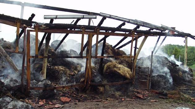 Požár skladovací haly ve Skřivanech na Hradecku.