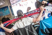 Fanoušci české hokejové reprezentace v jednom z hradeckých restauračních zařízeních.