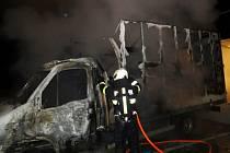 Požár dodávek způsobil škodu přes půl milionu korun.