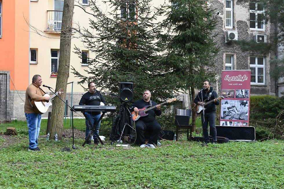 Koncert romské kapely Terne Čhave ve vnitroblocích v centru Hradce Králové.
