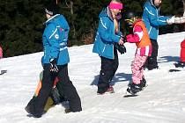 Akce Rodinných pasů S Čendou na prkně ve spolupráci s lyžařskou školou Pohl Sport v Deštném v Orlických horách.