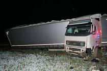 Havárie kamionu zkomplikovala provoz na hlavním tahu.