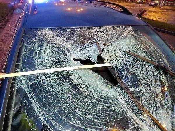 Střet osobního automobilu s opilým chodcem v hradecké Pilnáčkově ulici.