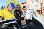 Závodníci Michal Matějovský a Josef Král si vyzkoušeli policejní harleye.