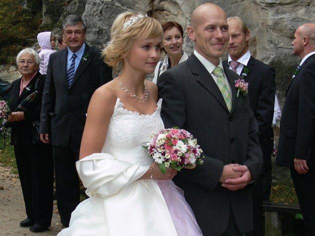Svatba horolezeckého páru v Adršpachu.