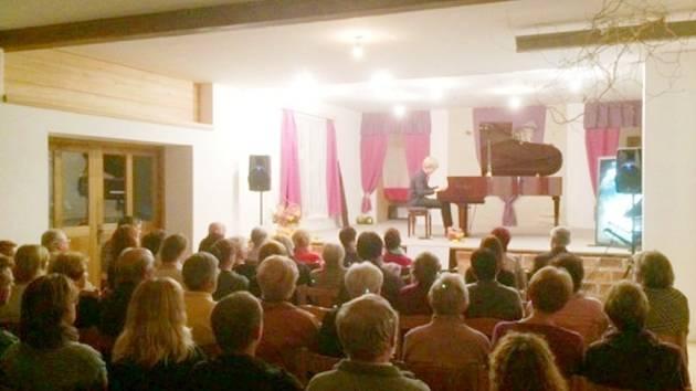 Koncert klavíristy Matyáše Nováka v Čistěvsi.