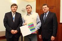 Při předávání cen na (snímku) vlevo stojí rektor hradecké univerzity Josef Hynek a oceněný vědec Radek Fukala