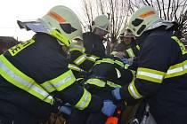 Ukázka vyprošťování. Hasiči z Plačic předvedli včera ukázku vyprošťování zraněných. Jednoho figuranta vytahovali zpod auta, kvůli druhému zničili střechu vozidla.