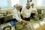 Kuchařská soutěž na hradeckém odborném učilišti.