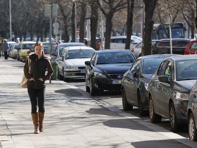 Parkování automobilů vokolí třídy Karla IV. vcentru Hradce Králové.
