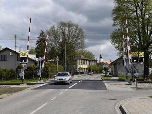 Přejezdy začaly v Třebechovicích strážit i závory. O jejich vybudování se radnice snažila několik let.