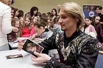 PO PŘEDSTAVENÍ bývá Michal Štípa obležen fanynkami a autogramiáda nebere konce. Stejně tomu byloi vloni na jaře v  Hradci Králové. Ještě v kostýmu a líčení z role v Labutím jezeru trpělivě podepisoval fotografie a památníčky.
