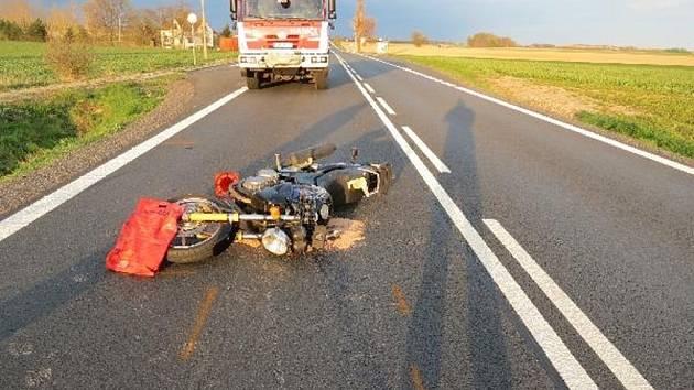 Dopravní nehoda osobního automobilu a motocyklu u Roudnice.