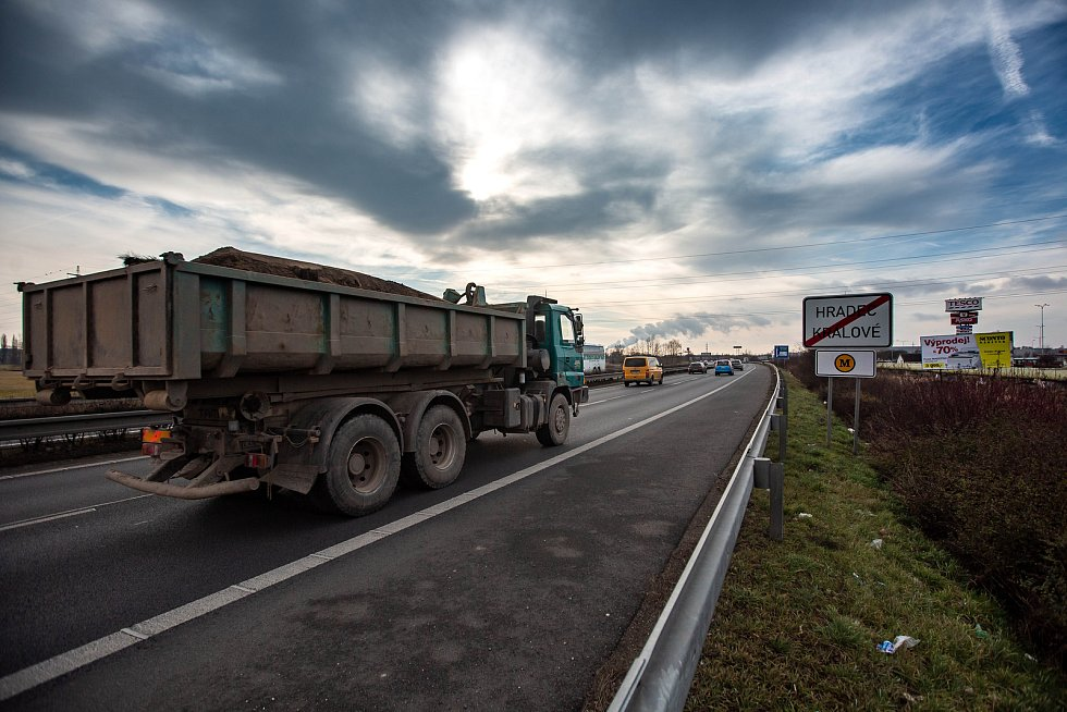 """Cedule označují povinnost platit mýto i na """"Hradubické"""" z Hradce Králové směr Pardubice. V krátkém kilometrovém úseku tak musí platit i autobusy MHD."""