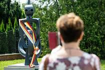 Slavnostní odhalení sochy dlouhý široký a bystrozraký u divadla Drak v Hradci Králové