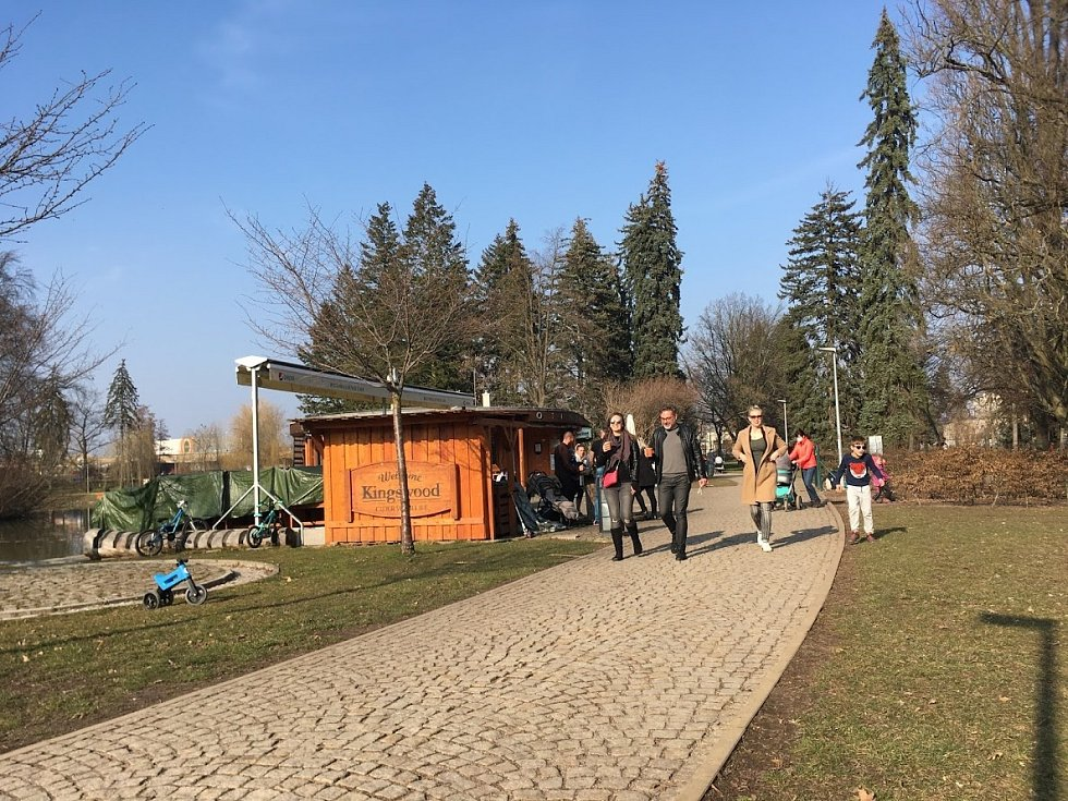 Jarní počasí vylákalo Hradečáky do městských parků a sadů.