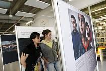 Výstava nazvaná Jak ztratit další generaci v královéhradecké městské knihovně.
