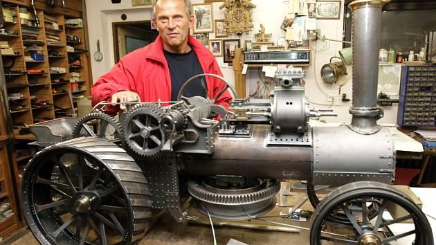 Sběratel parních strojů Jan Tomek má ve své sbírce téměř 150 kousků a nové sám vlastnoručně vyrábí.