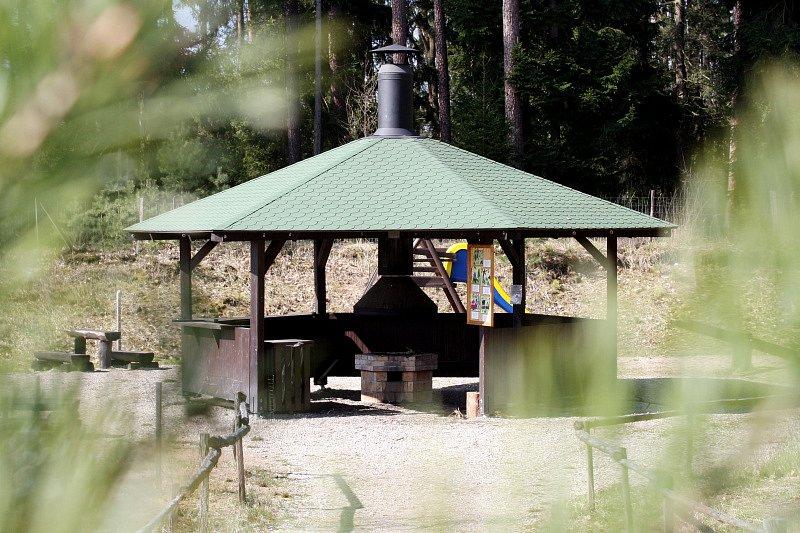 Městské lesy stavějí repliku Mazurovy chalupy v novohradeckých lesích.