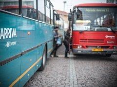 Autobusy náhradní dopravy před nádražím v Hradci Králové během výluky.