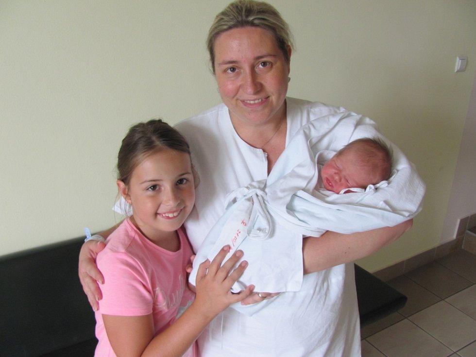 NATÁLIE ŠŮNOVÁ poprvé otevřela oči 17. července ve 20.36 hodin. Měřila 49 centimetrů, vážila 3150 gramů a potěšila rodiče Janu a Rudolfa Šůnovy a sestru Denisu z Hradce Králové.