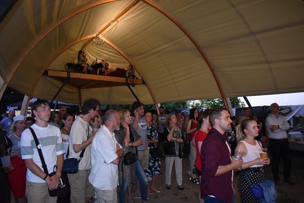 Unikátní scéna ve tvaru lodi otočené dnem vzhůru, kterou na Kavčí plácek instaloval spolek Lodivadlo, se včera dočkala slavnostního křtu.