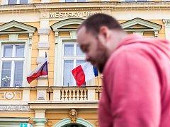 Česká a francouzská vlajka na budově městského úřadu v Opočně.