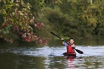 Vodáci při tréninku na řece Orlici nedaleko královéhradeckého Všesportovního stadionu v Malšovicích.