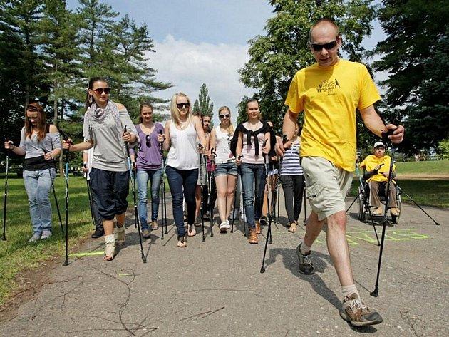 Příznivci nordic walkingu – dynamické chůze se sportovními holemi, se pokusili  vytvořit rekord v počtu osob, které se sportovními holemi projdou trasu dlouhou přibližně 1,5 kilometru.