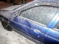 Vandaly poškozený automobil. Ilustrační fotografie.
