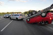 Střet vozu BMW s přívěsem a Fordu u Opatovic nad Labem.