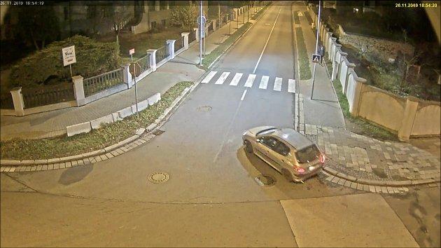 Policie pátrá po řidiči stříbrného Peugeotu 206