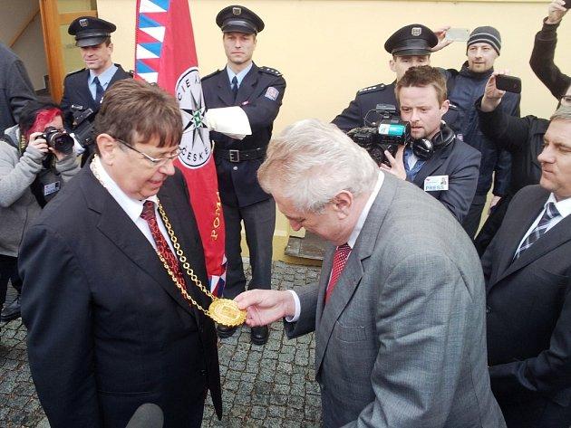 Prezident Zeman přijel na Pivovarske náměstí do Hradce Králové a přivítal se shejtmanem Královéhradeckého kraje Lubomirem Francem