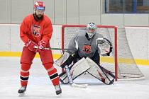 ZPÁTKY NA LEDĚ. Hradečtí hokejisté trénují od konce května i v malé hale, kde je k dispozici led. Chystá se s nimi i brankář Tomáš Vomáčka.