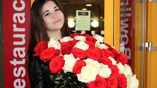 Rozzářené oči, šťastný výraz a dojetí. Právě tak se tvářila tato slečna z Hradce Králové, kterou v předvečer svatého Valentýna překvapil její přítel touto obří kyticí voňavých růží.