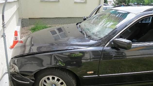 Šílená jízda v centru Hradce Králové skončila nárazem do nemocniční budovy.