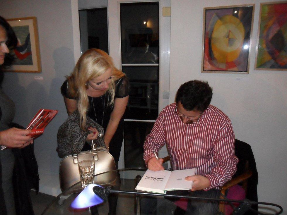 V galerii Stodvacettrojka na Slezském předměstí se uskutečnilo autorské čtení a autogramiáda se spisovatelem Michalem Vieweghem.
