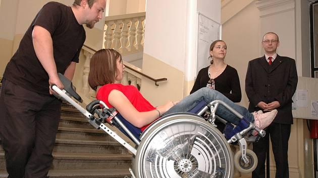 Schodolez, jednoduché zařízení, které začalo nově sloužit hedikepovaným studentům Univerzity Hradec Králové.