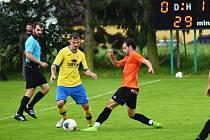V akci roudnický Tomáš Kučera (ve žlutomodrém), kterému se snaží odebrat míč Peter Vávro z Lokomotivy Hradec Králové.