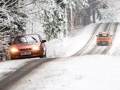 Silnice v kraji a sněhová pokrývka.